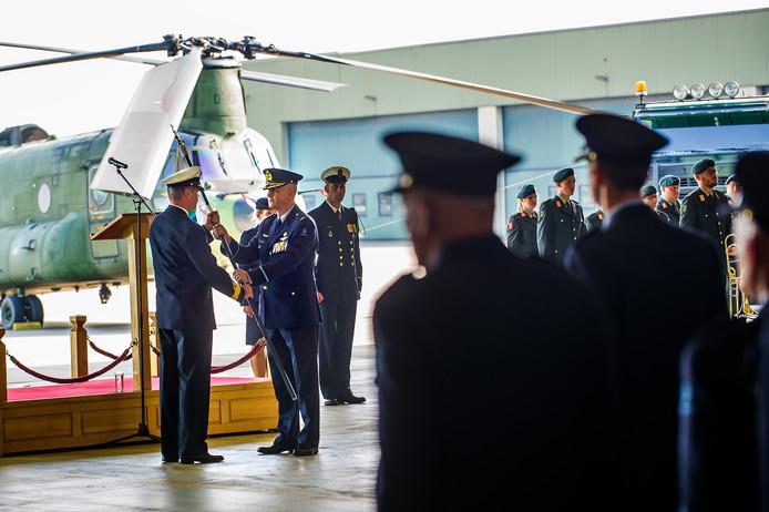 Commandeur Gerhard Polet (links) draagt met de vlag ook het commando over aan Commodore Robert Adang.  foto: Else Loof / Pix4Profs