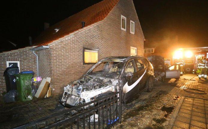 Auto's in Ammerzoden in brand gestoken. Brandweer voorkomt erger.