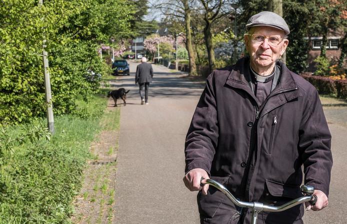 Deken huisman op de fiets door Gennep.