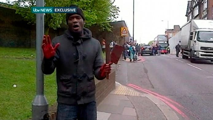 Michael Adebolajo bekent voor de camera dat hij zojuist Lee Rigby heeft vermoord.