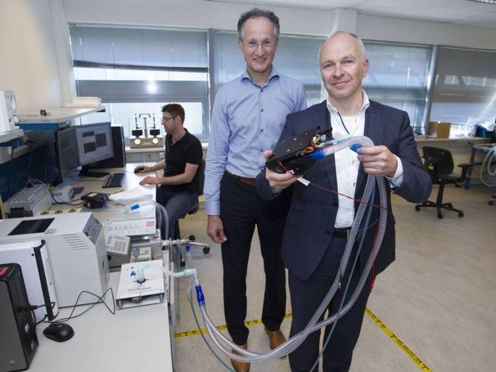 Dennis Schipper (voorgrond) algemeen directeur van Demcon Group,met een beademingsmodule