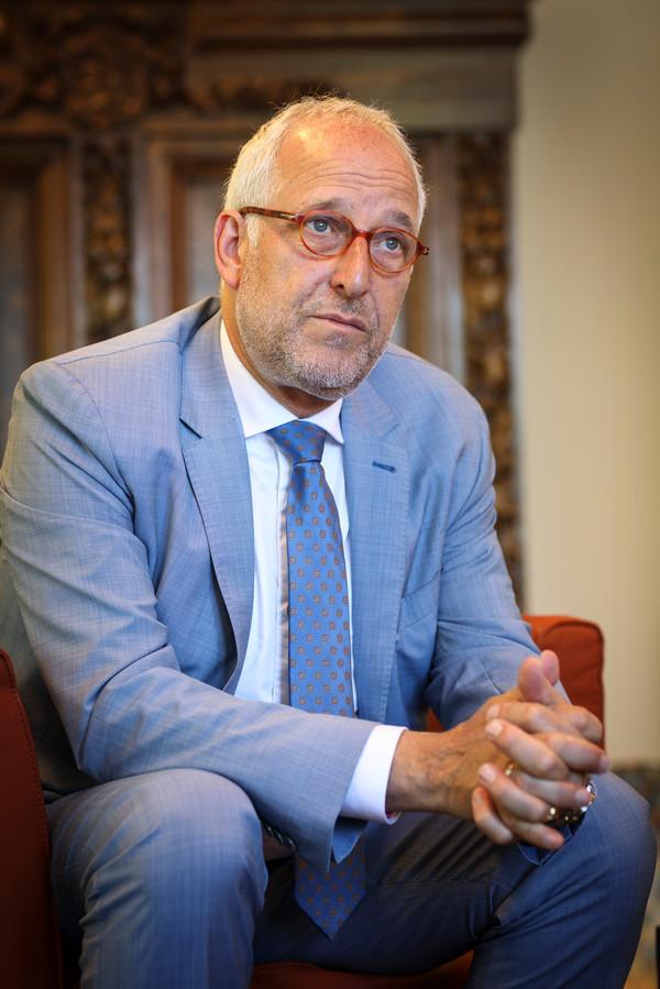 Burgemeester Renkema van Nijkerk. ,,We zien dat het dichtbij komt.''