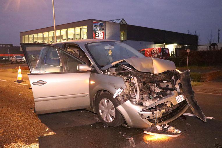 In Ninove reed een automobilist achteraan in op een personenwagen. De schade was enorm.