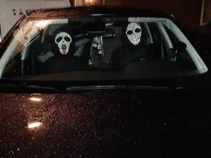 De versierde hoofdsteunen met enge maskers.