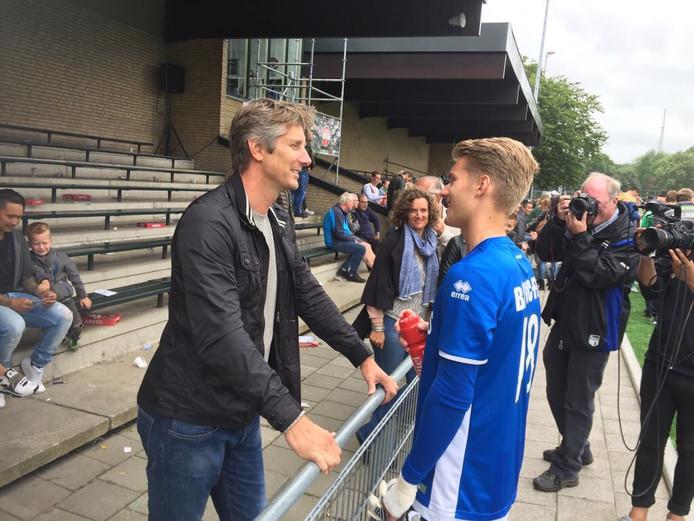 Joe van der Sar praat na afloop van zijn debuut voor ADO Den Haag na met zijn vader Edwin.