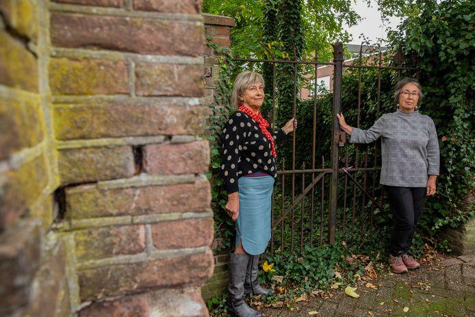 Rietje Gerritsen (l) en Prisca van Egmond bij de oude kerkhofpoort.