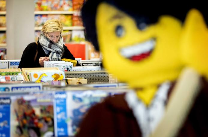Winkelend publiek bij speelgoedwinkel Intertoys, waar de laatste inkopen voor Sinterklaas worden gedaan.