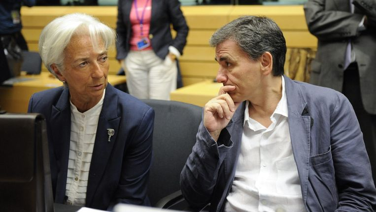 IMF-directeur Christine Lagarde in gesprek met de Griekse minister van financiën Euclides Tsakalotos. Beeld epa