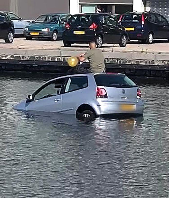 Juli 2020: Nadat een lachgas gebruikende automobilist in het kanaal naast de Calandkade reed, nam hij in afwachting van hulp nog maar een ballonnetje.