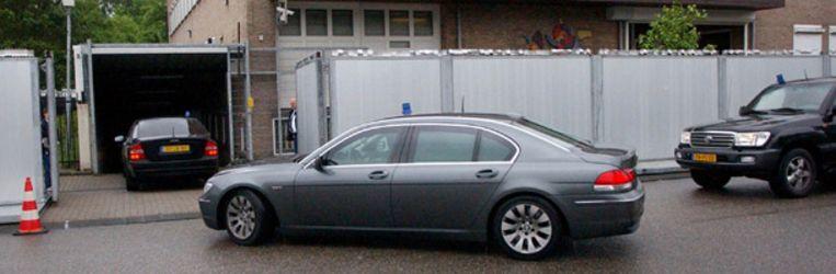 Mohammed B. (middelste auto) arriveert vrijdag bij de extra-beveiligde rechtbank de Bunker in Amsterdam. B. wordt vandaag opnieuw als getuige gehoord in het hoger beroep tegen zeven leden van de Hofstadgroep. (ANP) Beeld