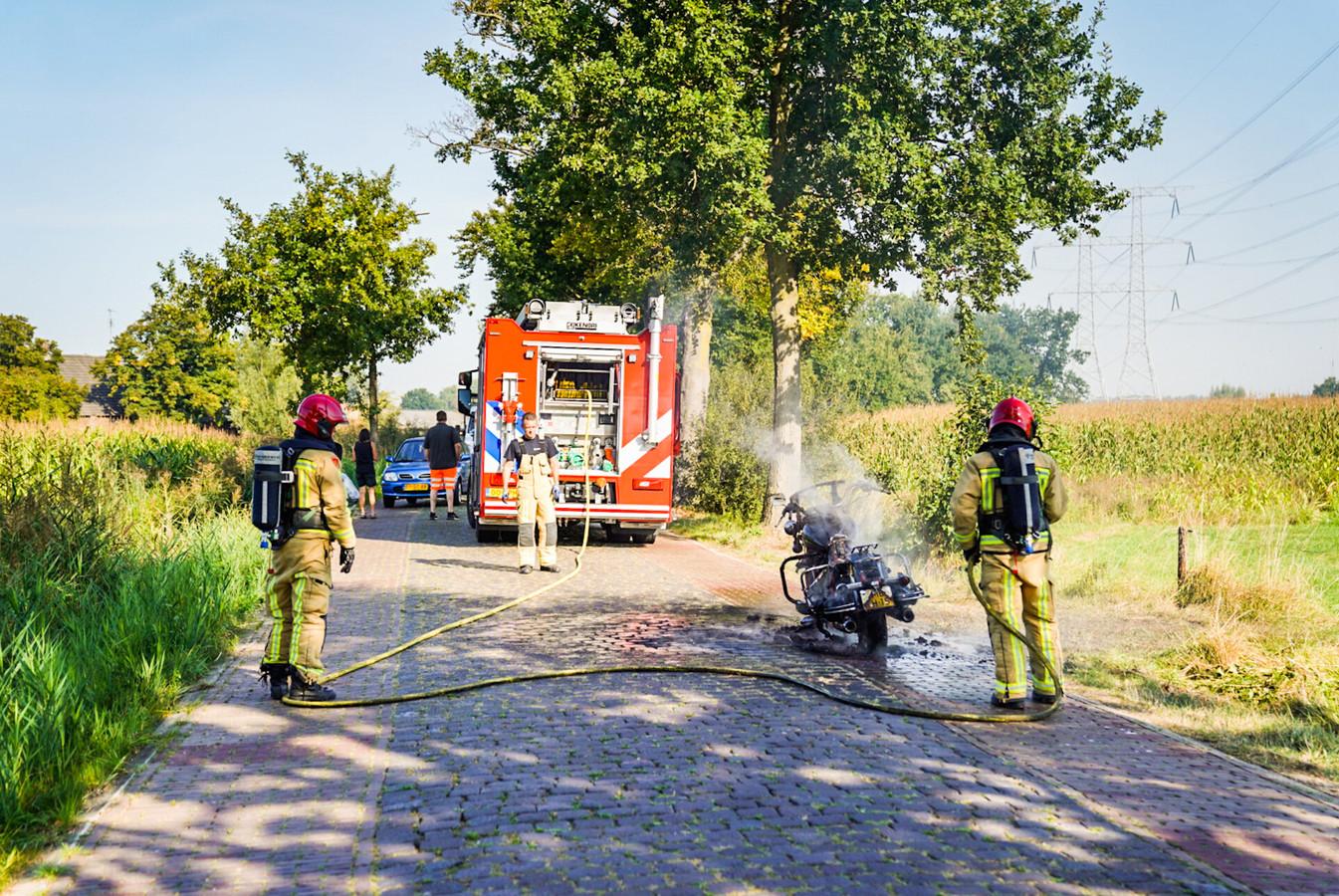 Harley vliegt tijdens het rijden in brand in Nuenen.