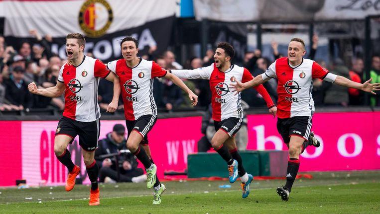 Jan-Arie van der Heijden (L) van Feyenoord viert de 2-1 met zijn teamgenoten tijdens de wedstrijd tegen PSV Beeld anp