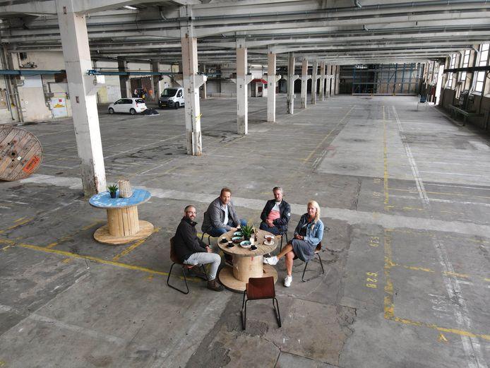 Nu nog leeg, straks een restaurant voor 100 gasten. Vlnr: Bas Berden, Thijs van Gastel, Frank Goossens en Chantal Peters.