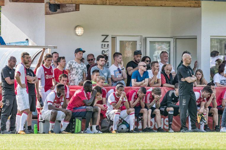 De selectie van Ajax afgelopen zaterdag, toen Nouri op het veld werd behandeld. Beeld ANP