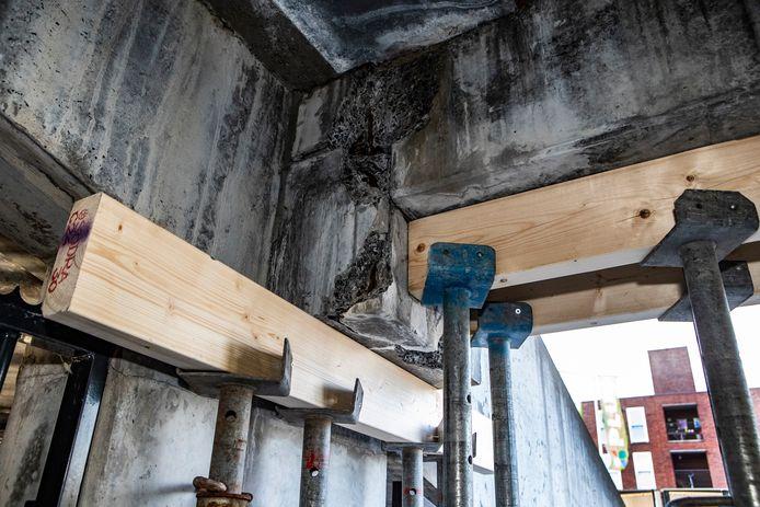 Het beton is beschadigd en moet hersteld worden.
