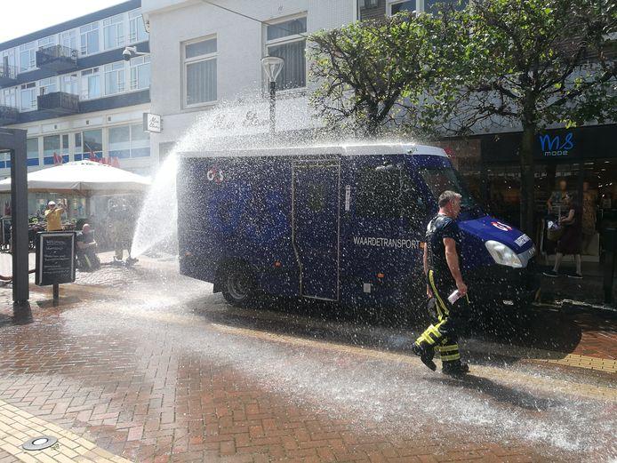 Bestuurder geldtransportwagen opgesloten in eigen wagen in het centrum van Almelo