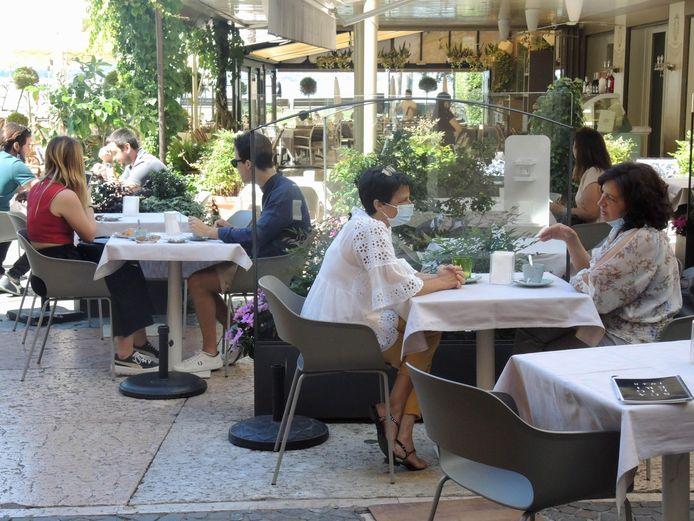 Mensen op een terras in Verona, in het hart van de regio Veneto.