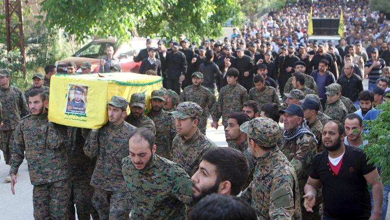 Een Hezbollah-strijder die bij de gevechten met Al Nusra werd gedood, wordt begraven in Baalbek in Oost-Libanon. Beeld reuters