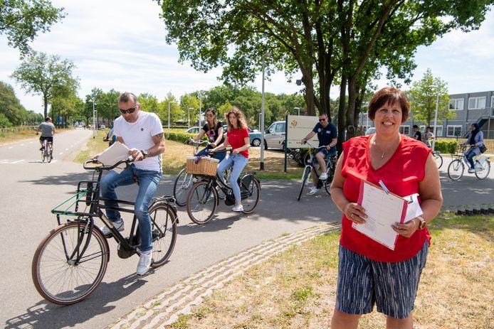 Margret Ester  helpt de deelnemers aan de fietstocht op weg dinsdagmiddag.
