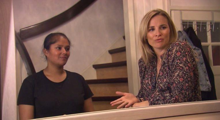 Indrani (22) met presentator Lieke van Lexmond in 'Lelijke eendjes' op RTL5. Beeld