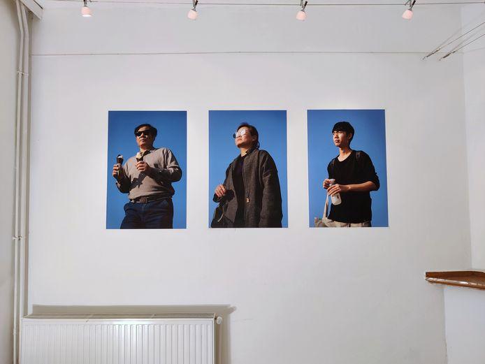 De portretten zijn zichtbaar vanaf de straat, je hoeft Kavka niet binnen te komen.