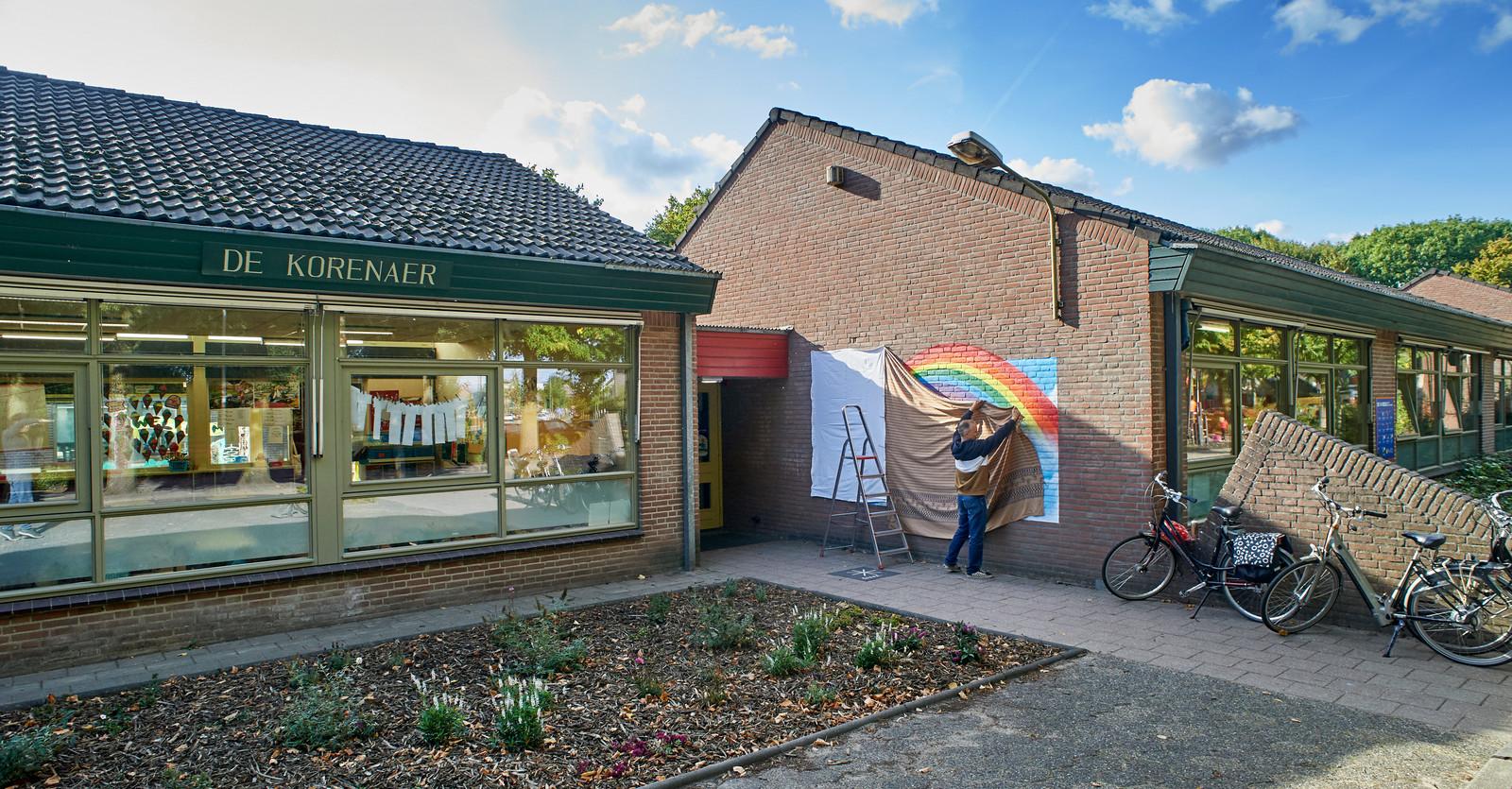 Een jaar na het spoordrama in Oss. Kunstenaar Bart de Ruijter bezig met de muurschildering bij bs. De Korenaer te Oss.