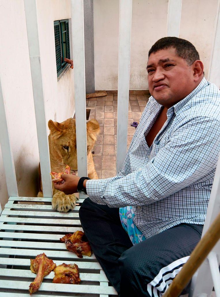 Omar Rodriguez, de eigenaar van de leeuwen.