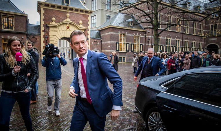 Halbe Zijlstra van Buitenlandse Zaken (VVD) komt aan op het Binnenhof voor de wekelijkse ministerraad. Beeld ANP