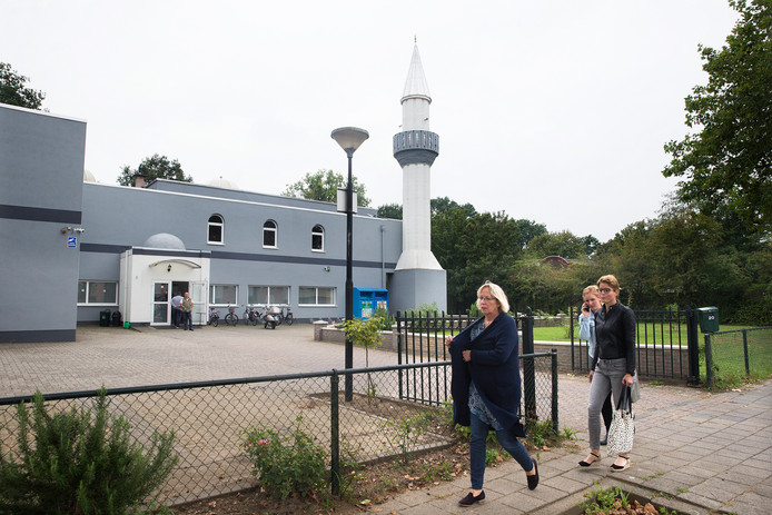 Doesburg-burgemeester Loes van der Meijs bij de Anadolu-moskee op de dag van het incident.
