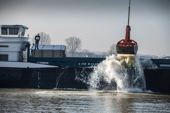 Het schip Allegonda stort grond in zandgat  Alphen.   ,foto Koen Verheijden.