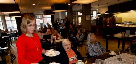 Goedmakertje voor bewoners woonzorgcentrum Deventer: 220 gebakjes van supermarkt Dirk