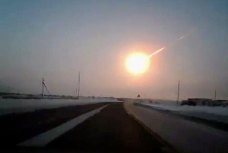 De ontploffing boven Tsjeljabinsk werd onder meer vastgelegd met een dashcam in een wagen.