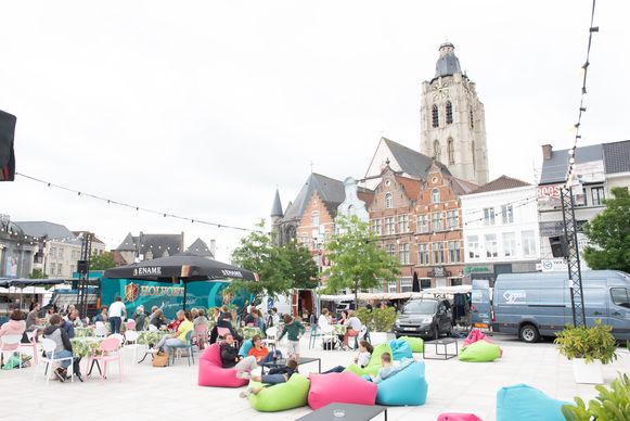 Het zomerse terras op de Markt is alvast een uitstekende kijk- en luisterplek.