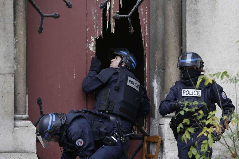 Frans arrestatieteam valt een kerk binnen in Saint-Denis Beeld AP