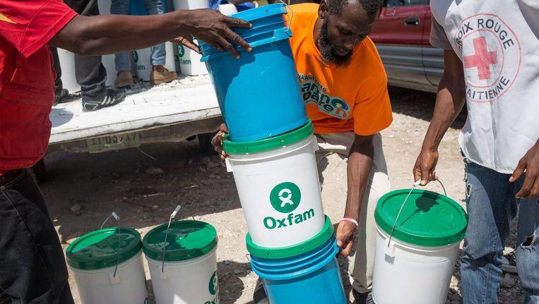Medewerkers van Oxfam helpen bij het uitdelen van hygiënekits. De medewerkers op deze foto waren niet betrokken bij de misstanden. Beeld null