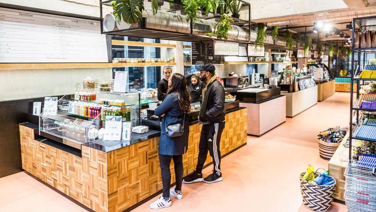 In het oude politiebureau zit Trade Amsterdam: een supermarkt met ingebouwde 'food court' Beeld Tammy van Nerum