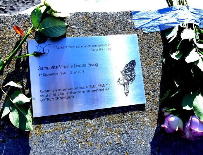 De gedenkplaquette voor Samantha Eising, op de balustrade van het Keizersbolwerk, vlak naast de rode lichttoren.