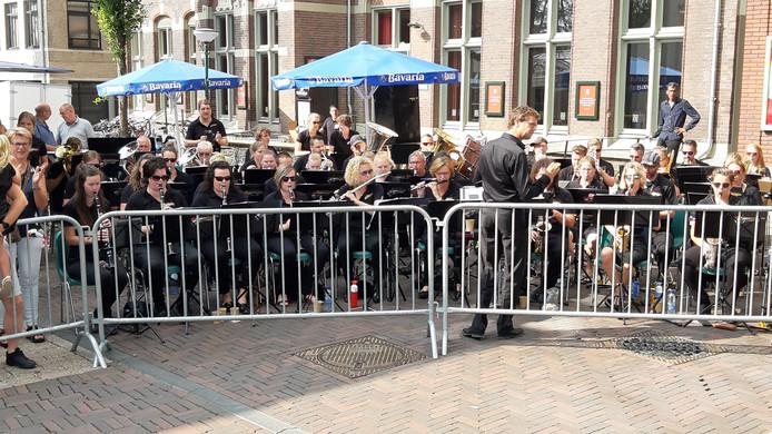 Het Vierdaagse Orkest vrijdagochtend voor de schouwburg in Cuijk toen het nog spelen nog wel gewoon ging.