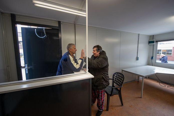 Cliënt Jeanet van der Meulen (r) mocht gisteren de ontmoetingsruimte met vriendin Jolanda Diender alvast even uitproberen.