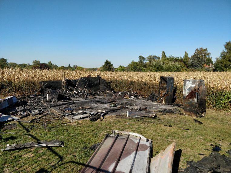 De chalet van de petanqueclub ging volledig in vlammen op.