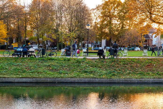 Dealers en drugsgebruikers houden zich nog steeds op in Park Lepelenburg. Deze foto is vorig jaar gemaakt, kort voordat de gemeente extra maatregelen nam.