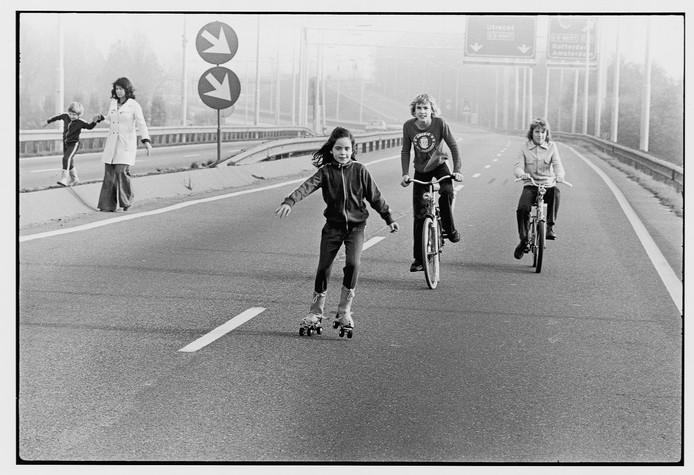 Kinderen rolschaatsen en fietsen op de snelweg tijdens een autoloze zondag (van 4 november 1973 tot en met 6 januari 1974).