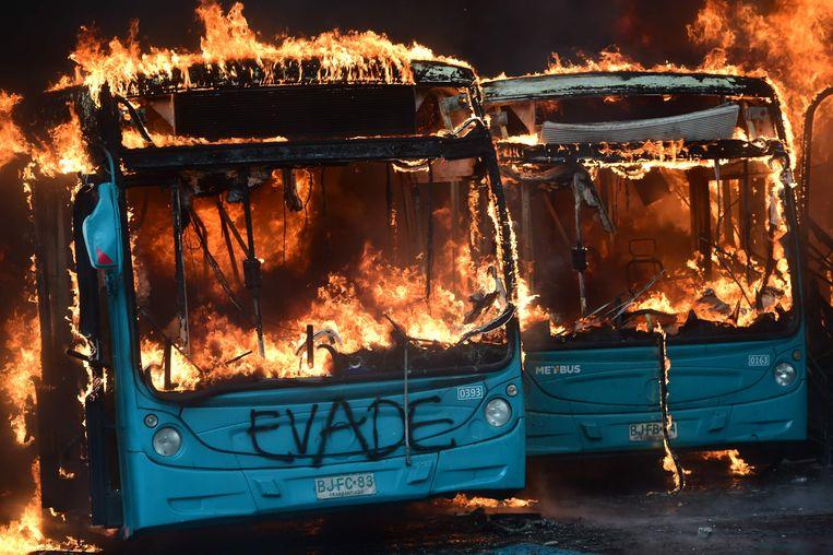 Bussen worden in brand gestoken bij de rellen tussen demonstranten en de politie in de Chileense hoofdstad Santiago.