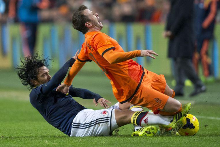 Colombia-speler Abel Aguilar maakt een overtreding op Rafael van der Vaart tijdens een 'vriendschappelijke' oefeninterland. Beeld anp