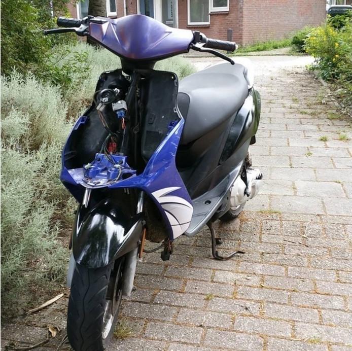 De scooter die is aangetroffen in Dauwendaele.