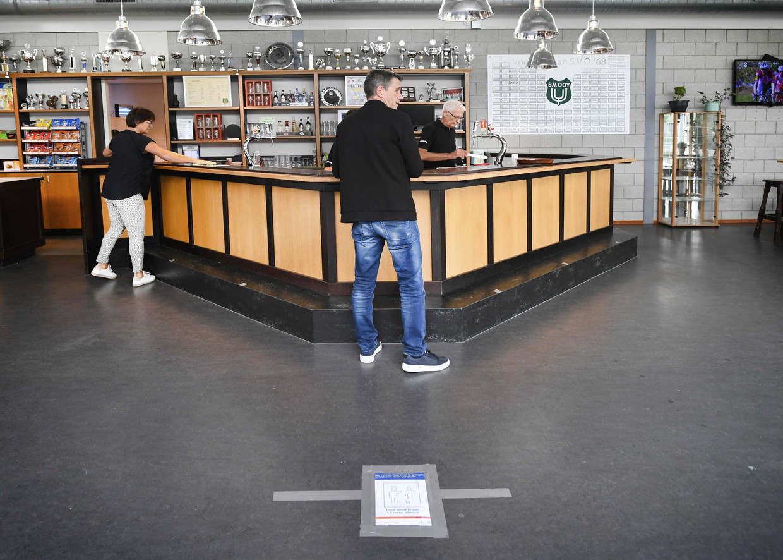 Bijna lege bar in het sportcafe van een amateurvoetbalclub.  Beeld ANP