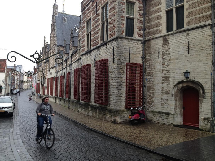 De deur rechts is straks de entree van de Bergse vestiging van de VVV Brabantse Wal. Die zit nu nog in de Kortemeestraat.