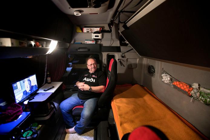 Truckers mogen niet meer het hele weekend in hun vrachtwagencabine bivakkeren. Jurgen Urlich uit Duitsland staat met zijn truck op parkeerplaats Oeienbosch langs de A67 bij Lierop.
