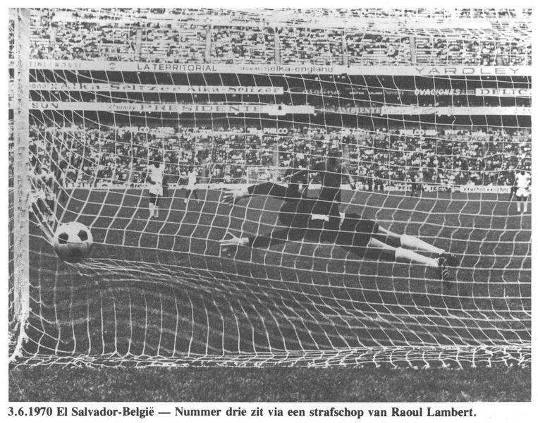 België klopt El Salvador met 3-0 en wint zo voor het eerst een wedstrijd op een WK-eindronde. Wilfried Van Moer maakt de eerste twee goals.