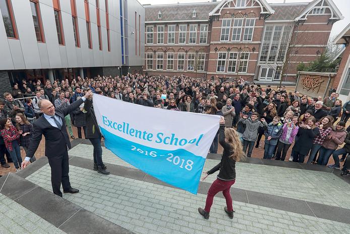 Rector de Rond laat trots de nieuwe vlag van excellente school zien van 't Rijks in Bergen op Zoom Foto Chris van Klinken